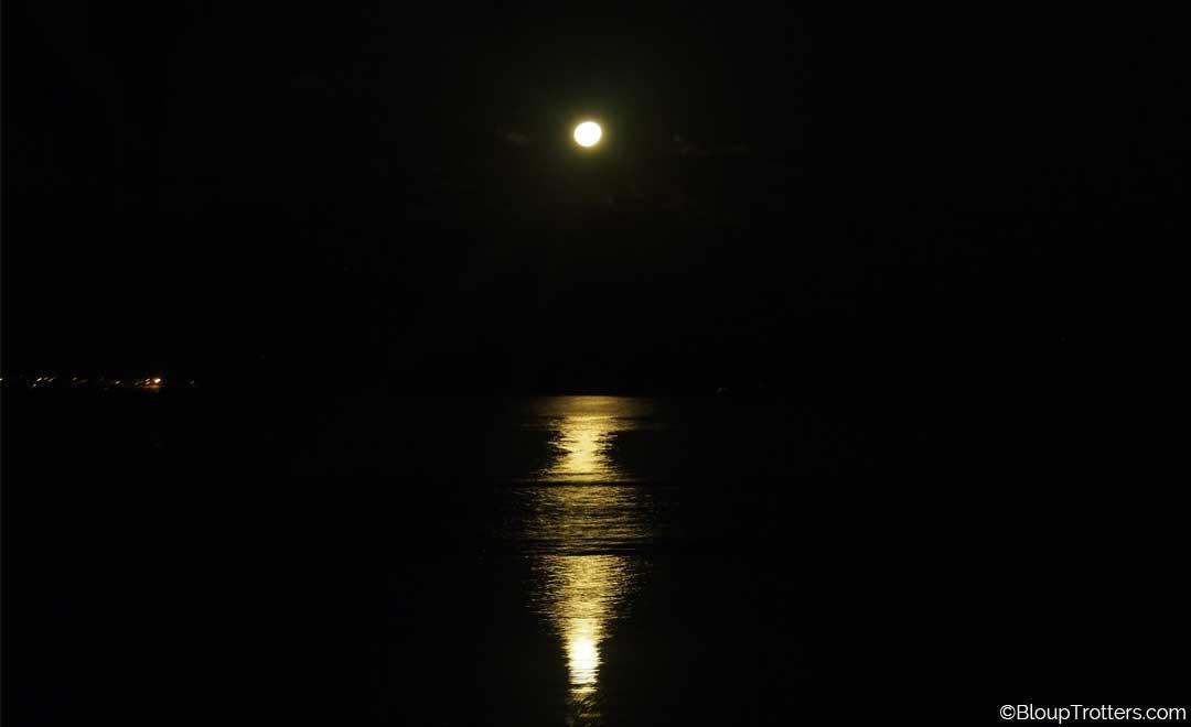 reflet de la lune sur la mer