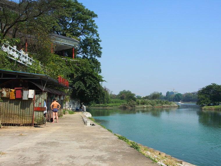 Nager dans la rivière Li