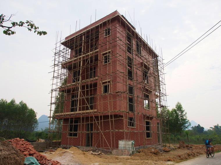 Toutes les maisons ont la base pus petites que les étages ici !