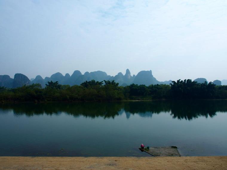 Pendant ce temps, calme plat au bord de la rivière-Li