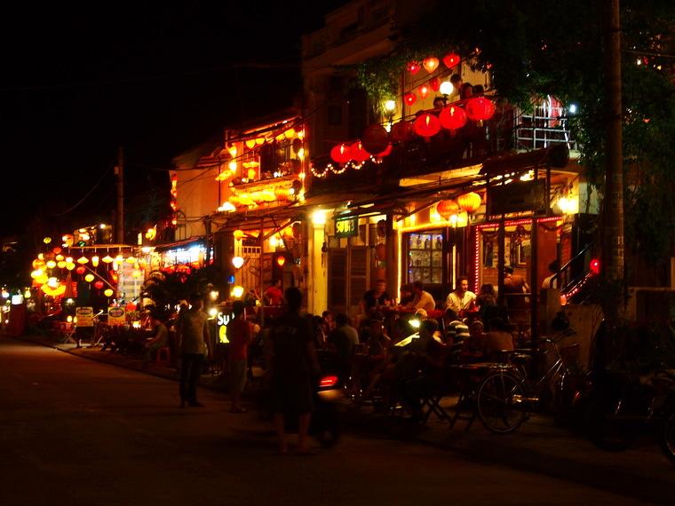 Les restaurants d'Hoian la nuit sont illuminés par de belles lanternes !