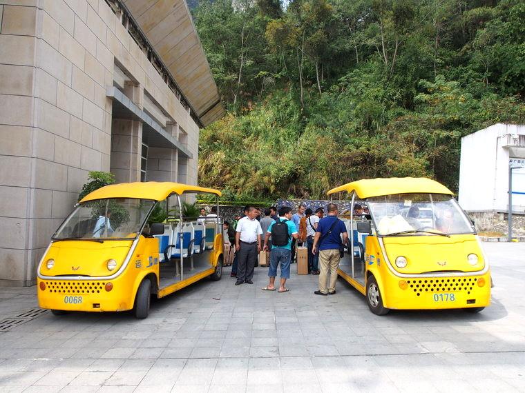 Les minibus pour rejoindre les postes de frontières chinois et vietnamien.