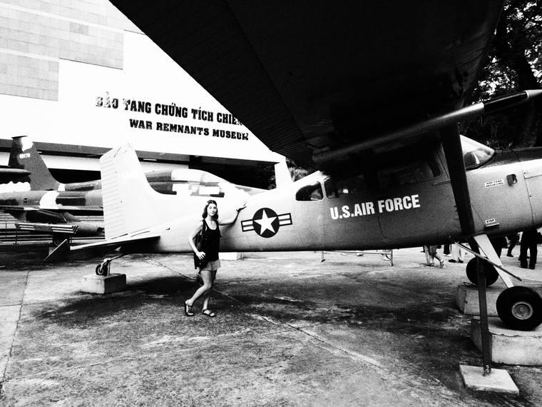 Cha pause devant un avion au musée de la guerre du Vietnam