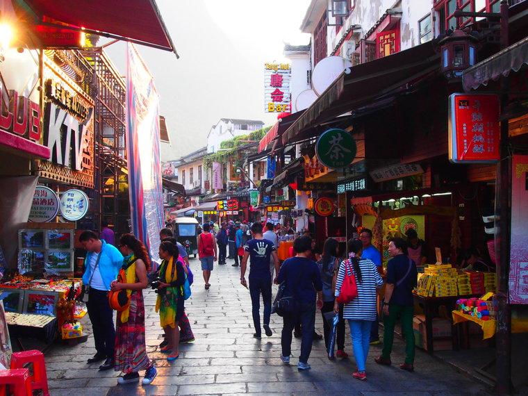 Les boutiques envahissent les rues de Yangshuo