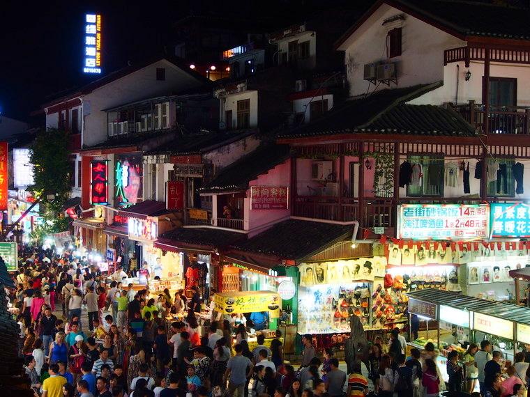 Depuis le restau Cloud 9, voici la vue de la west street de Yanghsuo le soir !