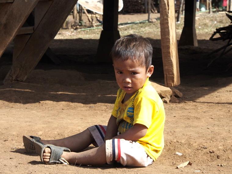 enfant assis par terre laos