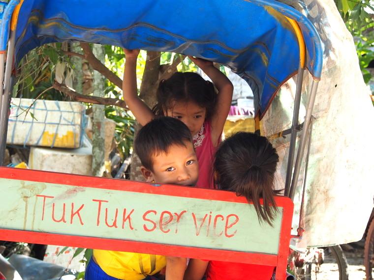 enfant tuktuk laos