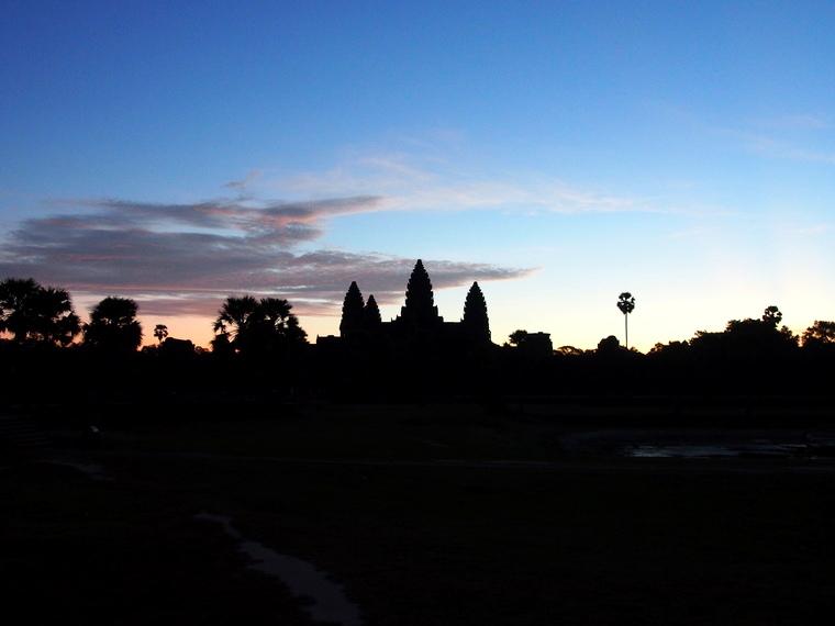 Le soleil se couche sur Angkor vat
