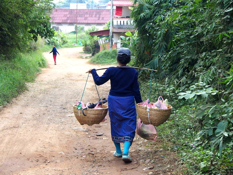 femme porteuse laos